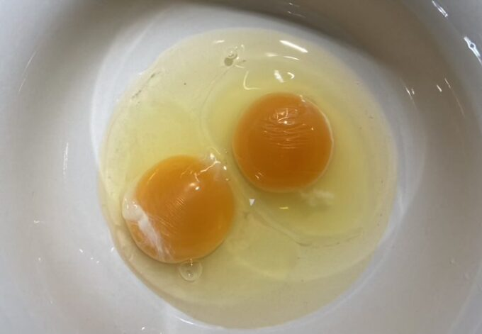 卵2個を割る
