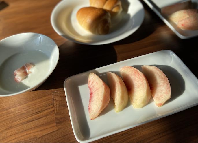 朝食に桃!贅沢です。