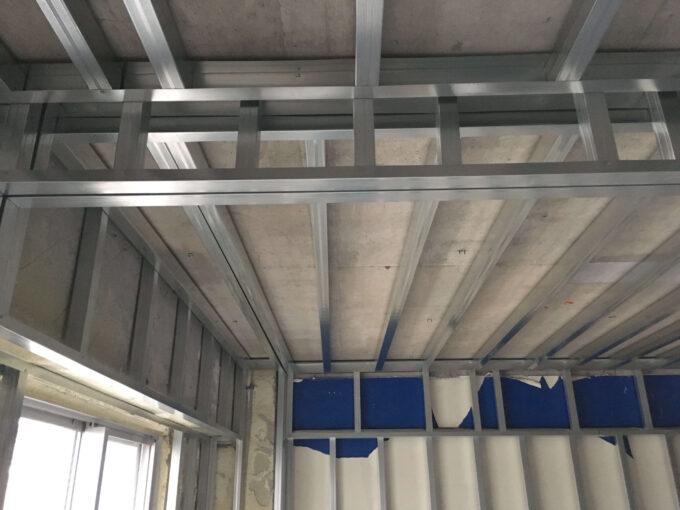 天井や壁用の骨組み