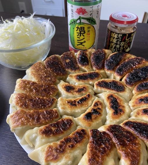 食卓に餃子と薬味と旭ポン酢と麻辣香油を配置